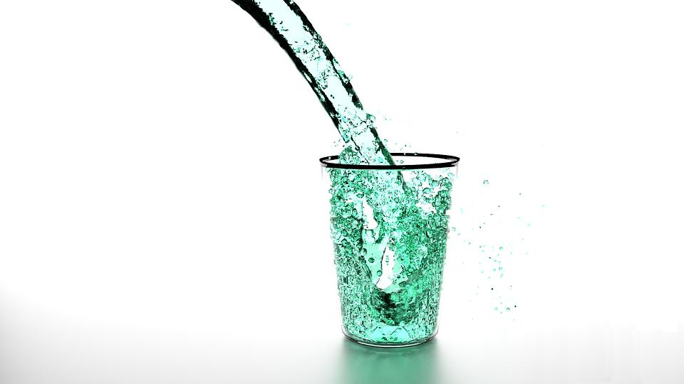 glaswasser-bei-aufstoßen