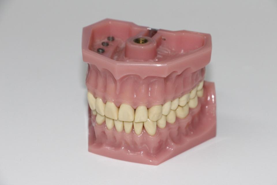 Hausmittel für gesunde und strahlende Zähne